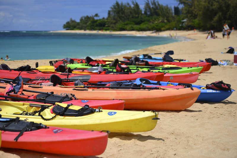 Kayaks en la playa.