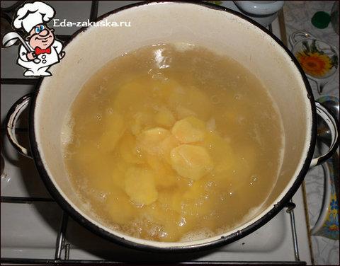 kartofelnaya-zapekanka-iz-syrogo-kartofelya
