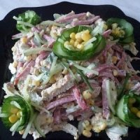 Салат с колбасой и омлетом