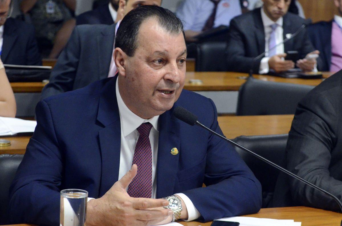 Senador critica atuação do governo no caso de taxa antidumping do leite