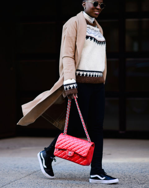 styling-tricks-for-every-woman-bag-pop-of-color