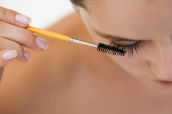 comb-your-eyelashes-600x400