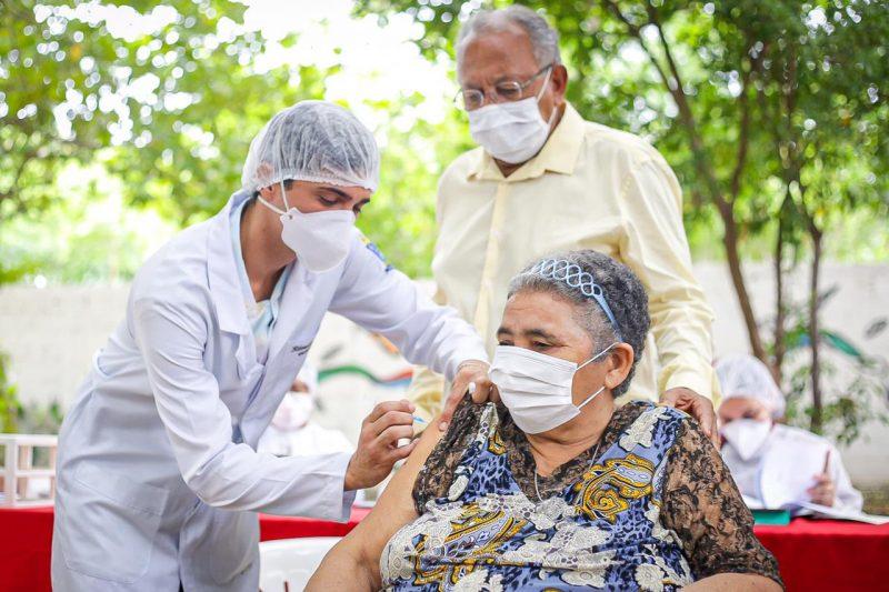 Teresina vacina profissionais de saúde e idosos do abrigo Frederico Ozanan