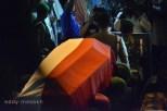 Jenazah Gubernur Kepri Drs HM Sani diusung petugas saat diturunkan dari mobil jenazah, Jumat (9/4/2016) Foto: eddy mesakh
