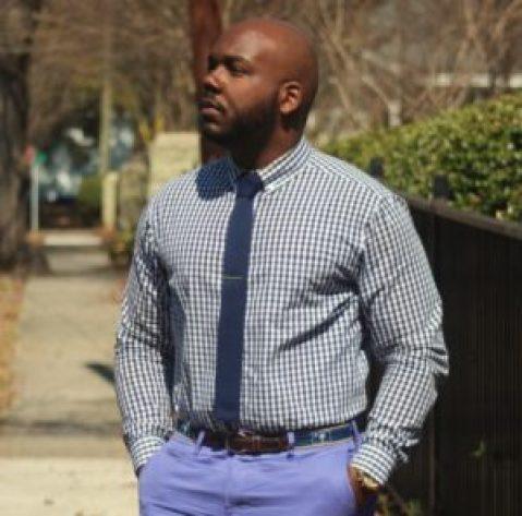 Homme corpulent chemise