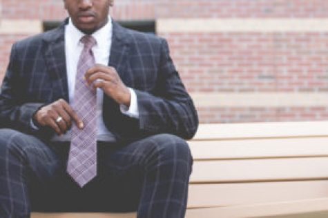 Homme fort cravate bonne taille