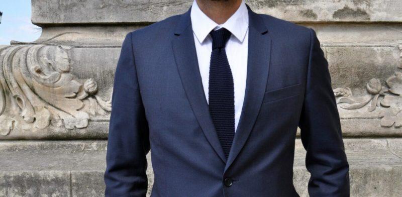 homme chic en cravate à bout carré