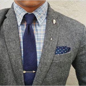 costume gris chemise à carreaux et cravate