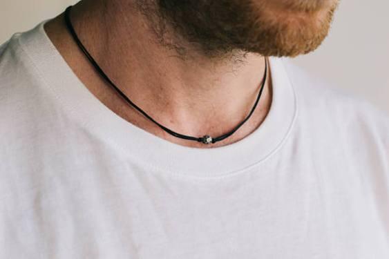 Les bijoux pour homme style minimaliste collier simple et épuré