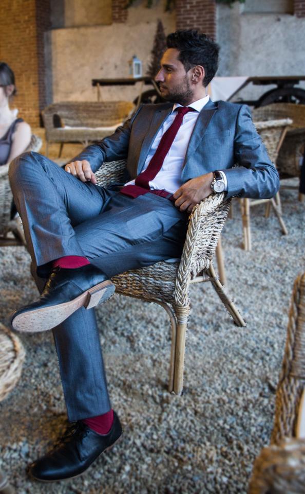 Vos habitudes mode 2017 à oublier, en route pour 2018 ! homme tendance men style grey suit red accessories accéssoires belt ceinture cravate tie socks chaussettes red faux-pas erreur nouvel an new year