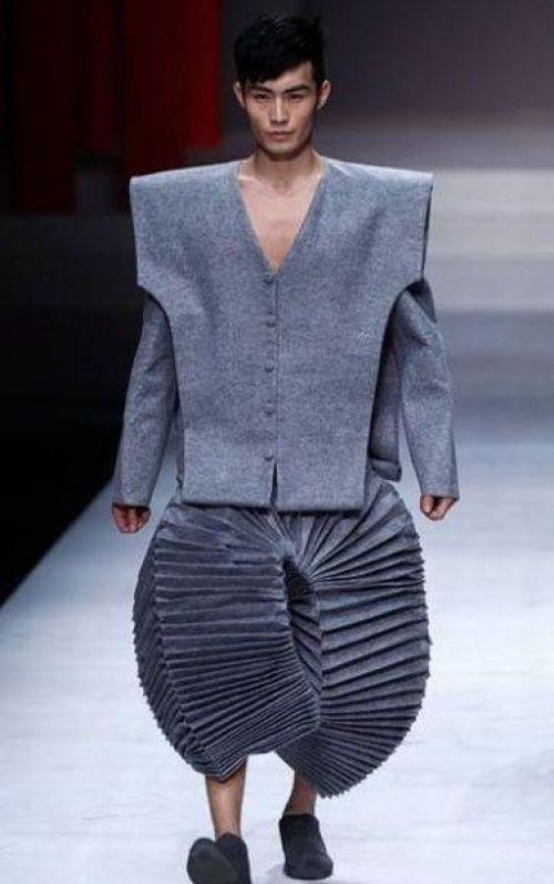 Vos habitudes modes 2017 à oublier, en route pour 2018 ! homme men style tendance oversize outfit large pants pleats faux-pas grey défilé fashionweek nouvel an new year