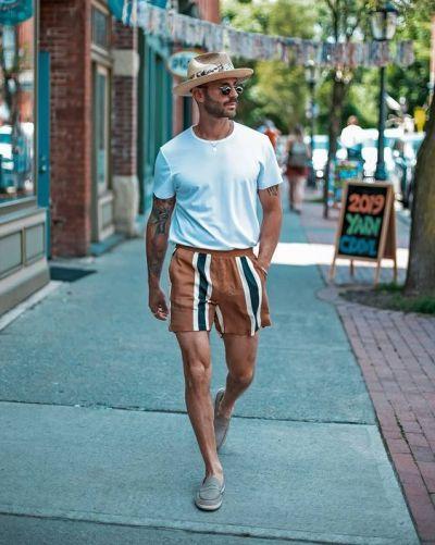 Tenue avec short à rayures pour s'habiller quand il fait chaud