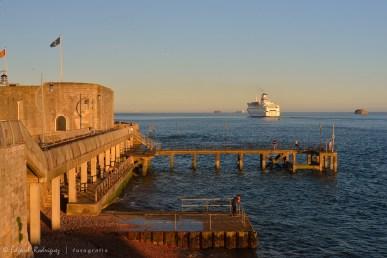 La Square Tower, uno de las embarcaciones de la empresa Britany Ferrys. A la extrema derecha y en el centro a nivel del horizonte, se pueden ver otros fuertes construidos en el mar en el estrecho de Solent.