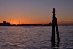 Bella puesta de sol, con vista a la ciudad de Gosport, del otro lado del estuario.