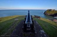 Este cañón, estuvo en servicio en la fortificación llamada Tenby Castle, o Castillo de Tenby. A la izquierda se puede ver el fuerte sobre St Catherine's Island.