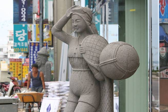 A sculture of a haenyeo diver. Photo from Wikimedia Commons.