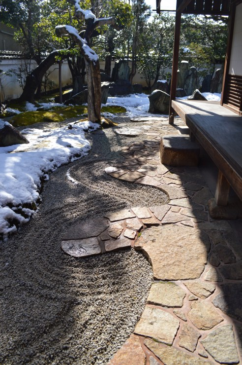 Wavy cut pavement is the unique creation of Mirei Shigemori. Mirei Shigemori Garden Museum Mirei Shigemori, a Japanese garden architect, partially opens his residence to public.