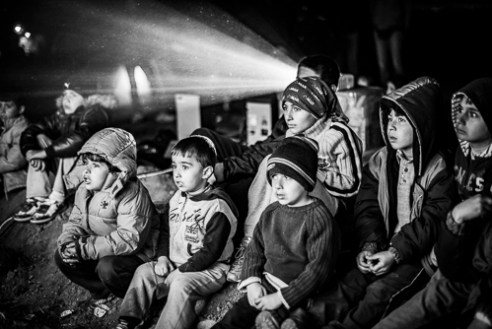 Volunteers visit Idomeni to entertain the children and help them forget about their situation, displaying cartoons.