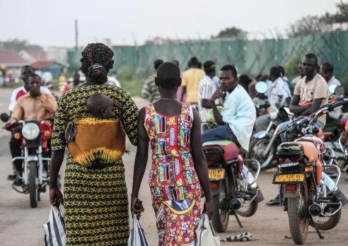 Women cross into Uganda.