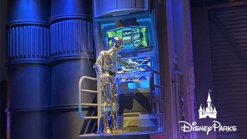 C-3PO in the Star Tours queue