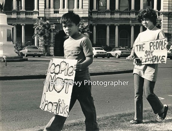 waiahole-waikane-youths-picket-circuit-court-protesting-evictions-2932-3-22-12-4-75