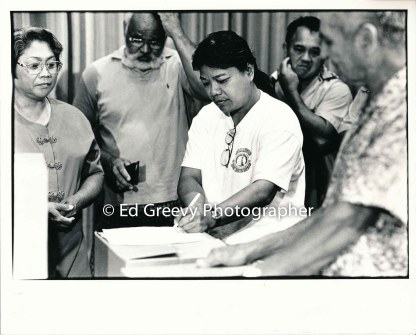 waiahole-resident-nellie-dano-signs-her-state-lease-at-waiahole-school-also-left-to-right-linda-manatad-albert-badiyo-nellie-dano-joe-royos-and-bernie-lam-ho-9015-1-22a-6-98