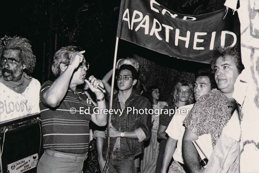 End Aparteid protest at UH Manoa Pres.. home, Kawaipuna Prejean at rt. 6054-1-6 10-31-86