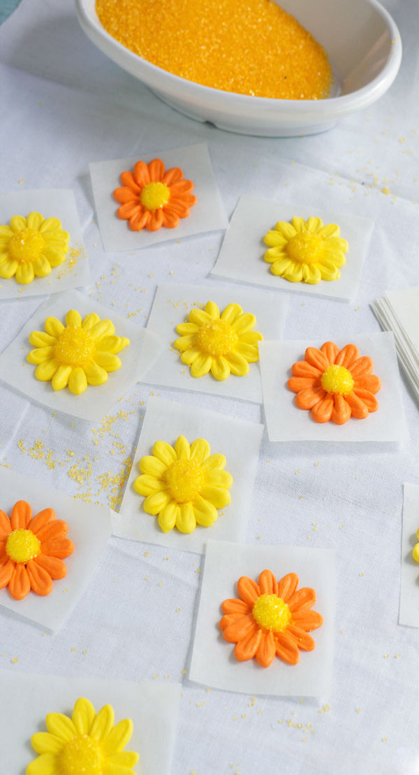 How-to-make-a-Simple-Icing-Daisy-via-www.thebearfootbaker.com_