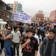 Libros y cuadernos lanzados a oficinas de Educación en jornada de protesta en Iquique
