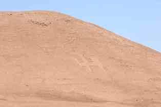 Recuperan conjunto de 12 geoglifos en Pampa del Tamarugal
