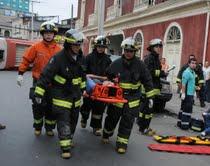 Espectacular choque de dos micros provoca volcamiento y 15 heridos