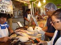 Suspenden 2 pescaderías en Mercado Centenario en fiscalización por Semana Santa