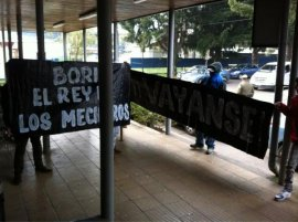 Dirigentes Camila Vallejo y Gabriel Boric son recibidos con protesta en aeropuerto