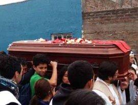 Miles de personas despiden al padre Pierre Dubois a su paso por las calles de Santiago