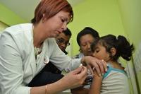 Autoridades de Salud supervisan en terreno vacunación en contra meningitis W 135