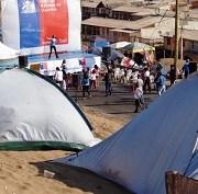 Niños de Las Dunas en jornada recreativa mientras se construyen viviendas de emergencia