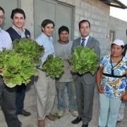 Agricultores reciben bonos para poner en funcionamiento sus predios, tras daños por terremoto