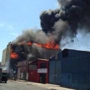 Enorme incendio destruyó galpones en Zofri, Bomberos tardaron más de 2 horas en controlarlo