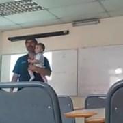 Se viraliza video de docente UNAP que sostiene a bebé de una alumna para que siga tranquila en su clase