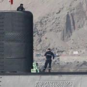No faltaba más: Ahora descubren a submarino cuando es abastecido con cajas de cervezas