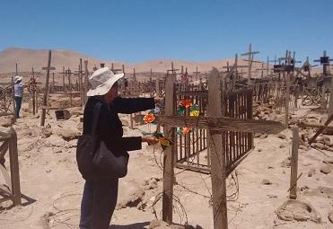 Pampinos rinden tributo a sus difuntos con romería a cementerios pampinos