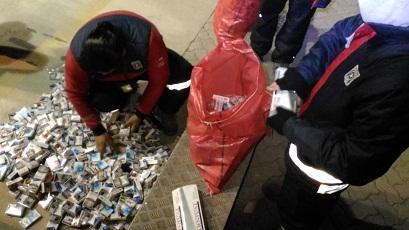 Aduana detecta 100 cartones de cigarrillos en automóvil