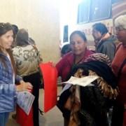Equipo de Seremi de Gobierno Entrega información a turistas en Colchane por visita de de Francisco