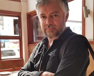 Las 24 horas de Jorge Baradit en Iquique, su popularidad como escritor y sus dichos críticos, que puedes leer en esta entrevista