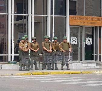 Funcionarios municipales rechazan haber arrojado huevos a funcionarios policiales, como acusa la institución