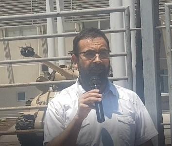 """Diputado Gutiérrez señala que """"No les tenemos miedos"""" a los militares, en las afuras de la Escuela de Caballería Blindada"""