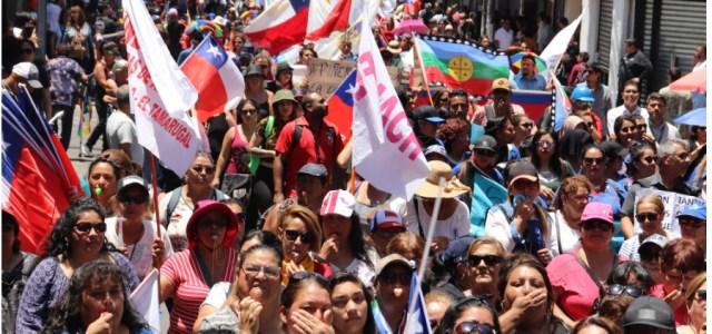 Marcha pacífica terminó en incidentes. Al llegar a plaza Prat, intervino Carabineros con gases lacrimógenos