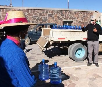 Municipio de Colchane apoya a comuneros de Cariquima afectados por la sequía, con la entrega de bidones de agua