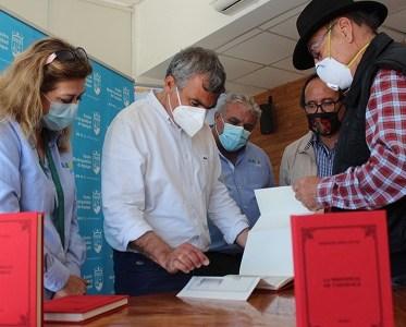 Donación de libros históricos de Tarapacá potenciarán educación en colegios municipales de Iquique