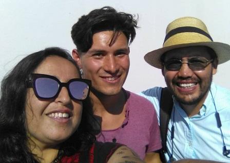 Bastián Díaz, al centro, junto a la vocera de la Coordinadora de Presos Políticos y a su abogado, Enzo Morales.